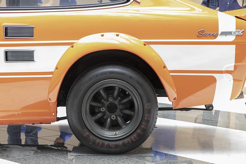 日産製のマグネシウムホイールを履いているが、マグネシウムホイールは傷みも早いので、ここは同デザインの社外品へ交換予定。タイヤはブリヂストン製だが、現在のブリヂストンにこのサイズのタイヤはないので、海外メーカーから探すとのこと