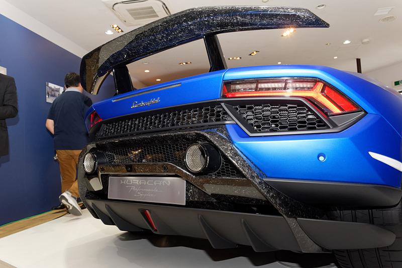 アクティブ・エアロ・ダイナミクス・システムの「ALA(Aerodinamica Lamborghini Attiva)」を採用するスポイラー付近