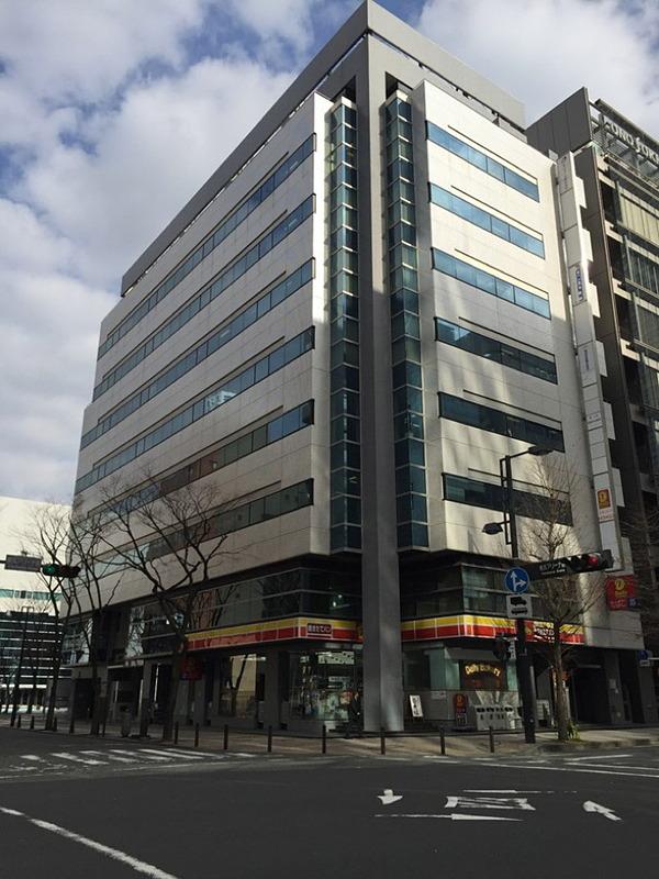 新横浜駅から徒歩7分の位置にあるオフィスビルの外観。磐田本社にあるラボと大型ディスプレイを通じてやりとりできるようにし、大型の実機を用いた検証や共同作業も可能にする予定とのこと