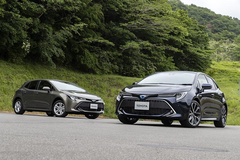 新型「カローラ ハッチバック」(仮称)。右がハイブリッド車でボディカラーは「ブラキッシュアゲハガラスフレーク」、左がターボ車でボディカラーは「オキサイドブロンズメタリック」