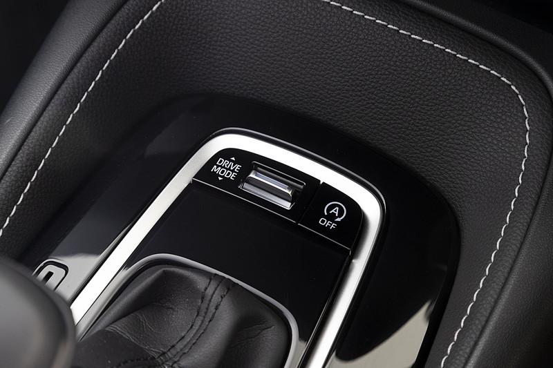 シフトレバー前方にドライブモードセレクターを装備。CVT仕様にはアイドリングストップのON/OFFスイッチも付く
