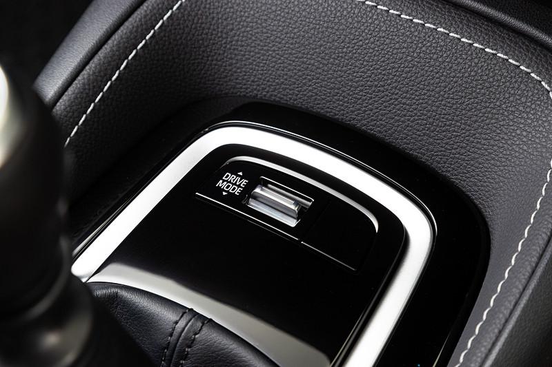 「ドライブモード」では「エコ」「ノーマル」「スポーツ」を選択可能。AVS搭載車ではさらに「コンフォート」「スポーツ S+」を加えた計5種類のモードが用意される