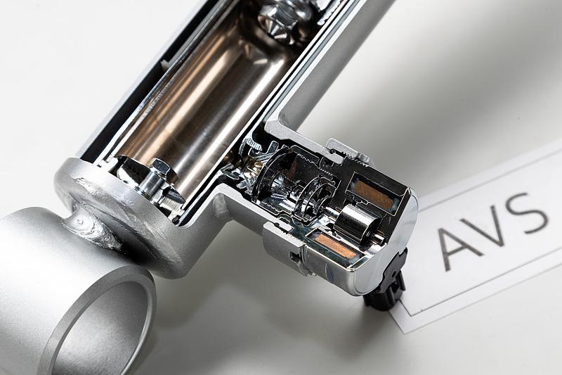 電子制御により走行状況に応じて減衰力を変化させ、自動的に最適化する「AVS(アダプティブ・バリアブル・サスペンション・システム)」仕様も用意