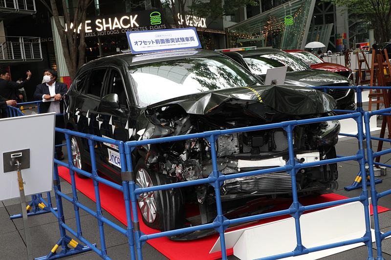 会場となった東京国際フォーラムでは「ファイブスター賞」の受賞車両が展示されたほか、実際にオフセット前面衝突試験で使われたマツダ「CX-8」も公開