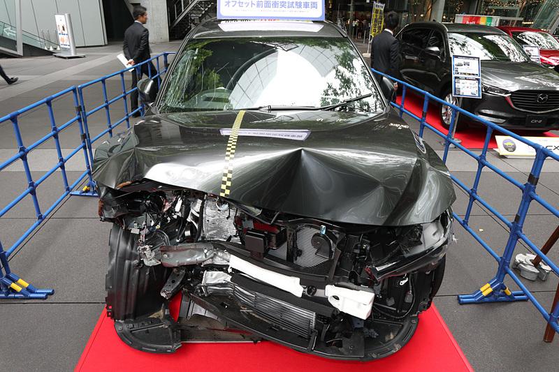 64km/hの速度でテスト車を走らせ、固定したアルミハニカムバリアに向かって運転席側の一部(オーバーラップ率40%)を前面衝突させたCX-8