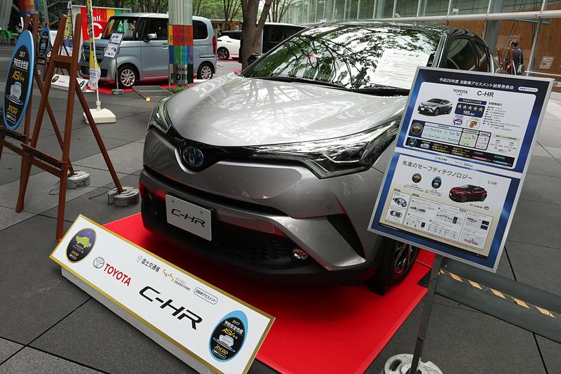 「C-HR」の開発担当者として登壇したトヨタ自動車株式会社 Toyota Compact Car Company TC 製品企画 ZK チーフエンジニアの鈴木啓友氏は「今回、C-HRでは『TNGA』、トヨタニューグローバルアーキテクチャーという新しい概念に基づき、ボディ骨格をゼロから開発し直しております。また、先進安全装備もふんだんに盛り込んで、お客さまにより安心して乗っていただけるクルマを目指して開発してまいりました」とコメント