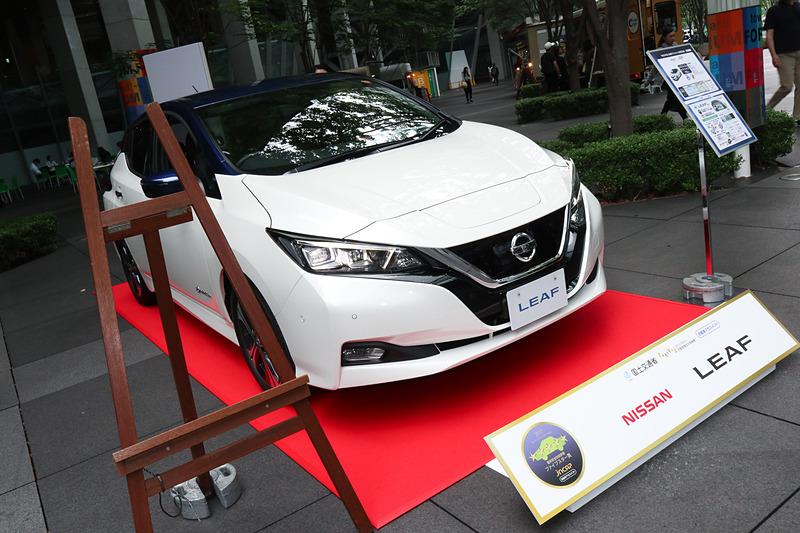 「リーフ」の開発担当者として登壇した日産自動車株式会社 Nissan 第一製品開発本部 Nissan 第一製品開発部 第四プロジェクト統括グループ 車両開発主管の佐々木博樹氏は「私どもの仕事は、電気自動車により魅力を付加していくということだけではなく、電気自動車の普及で妨げになるお客さまのご心配や懸念を1つずつ払拭していくこと。これが仕事です。今回、このような賞をいただきましたことで、お客さまに電気自動車を選んでいただくハードルがまた1つ下がったと理解しております。安心して選んでいただける電気自動車をこれからも開発してまいりたいと思っております」とコメント