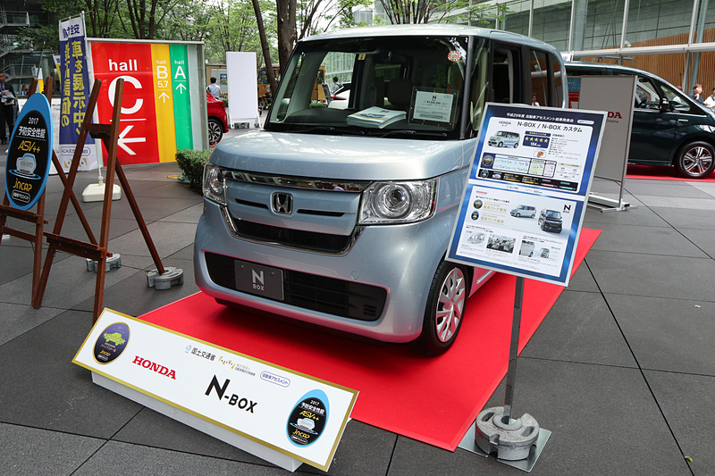 「N-BOX」の開発担当者として登壇した株式会社本田技術研究所 四輪R&Dセンター LPL HGJ-S 主任研究員の白土清成氏は「『N-BOX』は軽自動車でございます。日本の中にはまだまだ軽自動車でなければ移動が困難な地域やお客さまが多数いらっしゃいます。そのようなお客さまに、大きいクルマと同等の安全性能を提供するのはわれわれ自動車メーカーの責務だと感じておりまして、今回の受賞を糧に、今後とも世界一安全なコンパクトカー作りを目指していきます」とコメント