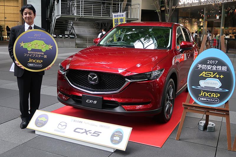 """「CX-5」「CX-8」の開発担当者として登壇したマツダ株式会社 商品本部 主査の松岡英樹氏は「『CX-5』は""""走る歓びの深化""""を掲げ、最新の技術を盛り込んだモデルです。その中でも安心・安全は基本の性能になると思います。マツダは『サステイナブル""""Zoom-Zoom""""宣言2030』を昨年発表して、人、地球、社会に優しいクルマ作りを目指しております。その中でこのような賞をいただけたことは、われわれが目指している方向が非常に正しかったと感じており、これからも安心・安全なクルマ社会に少しでも貢献できるよう、微力ではありますが引き続き努力を続けてまいりたいと思います」とコメント。また、「『CX-8』は2017年度の衝突安全性能評価で最高得点、マツダの歴代車種でも最高得点、合わせて先月発表されました予防安全性能でも満点で『ASV++』を獲得することができました。われわれが掲げて開発している車種共通の予防安全性能『マツダ・プロアクティブ・セーフティ』と、これを実現するための『SKYACTIV-BODY』や『i-ACTIVSENSE』を一貫してどのクルマにも搭載して進化させてきた成果の現われだと感じております」と語った"""