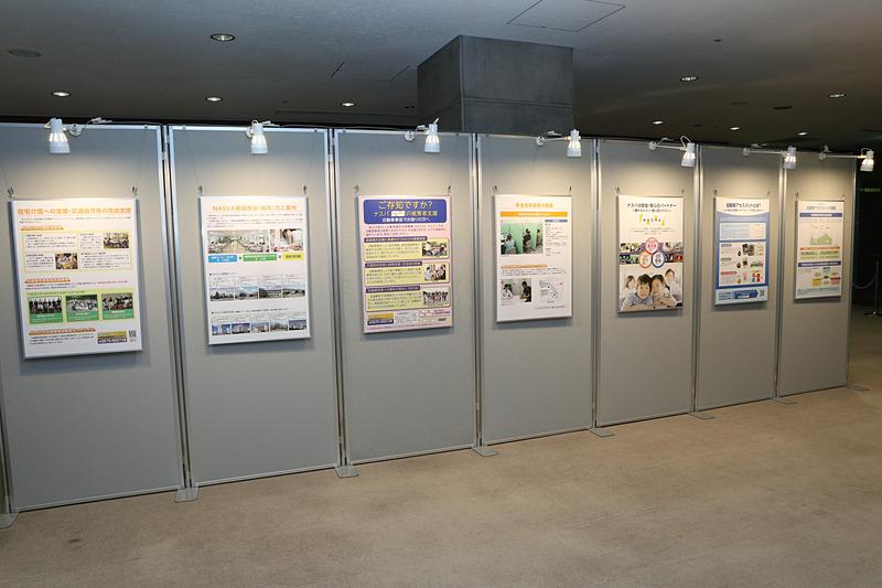 表彰式の会場では、試験で使われている人体ダミー、NASVAでアセスメントを行なっているチャイルドシート、解説パネルなども展示された
