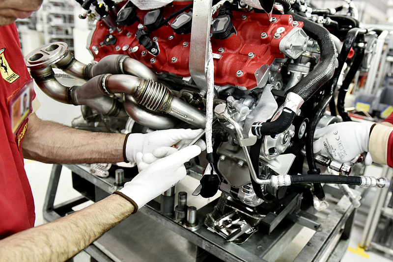 「F154CD」型エンジンでは、488 GTBが搭載する「F154CB」型エンジンから吸排気系をメインに専用チューニングが施された
