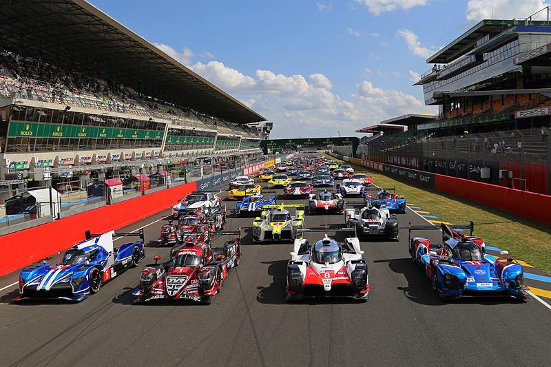 ピットロードに並んだ出場マシン。新しいスタート台が設置され、60台がエントリーするとあってピットも延長された