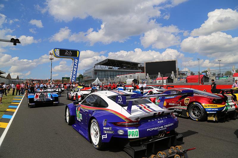往年の「ロスマンズカラー」を彷彿させるポルシェ 911 RSR 91号車