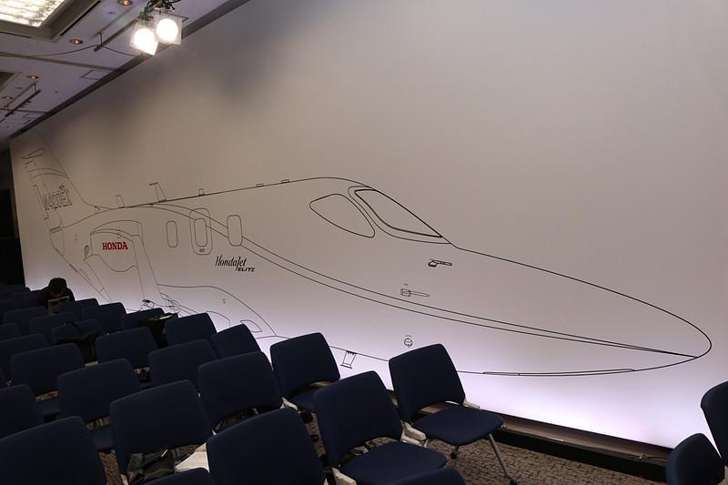 会場の壁一面を使い、HondaJet Eliteの「ほぼ原寸大」というイラストを紹介