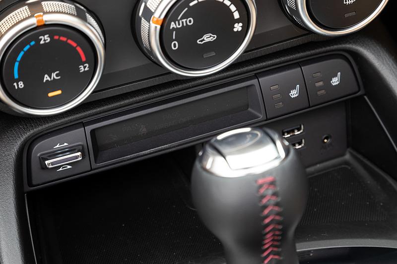 VSグレードでは新たに写真の「スポーツタン」を専用色として設定。同グレードでは「ブラック」「オーバーン」も選べる