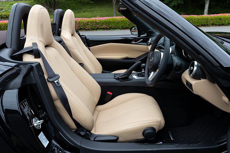 特別仕様車「Caramel Top」は「S Leather Package」をベースとし、新採用のブラウンカラーのソフトトップとともにスポーツタン色のインテリアカラーを組み合わせた