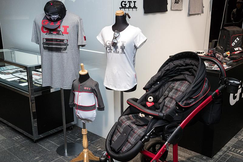 歴代ゴルフ GTIの資料とともに、今後販売予定のアイテムを含めたさまざまなGTIグッズが展示された