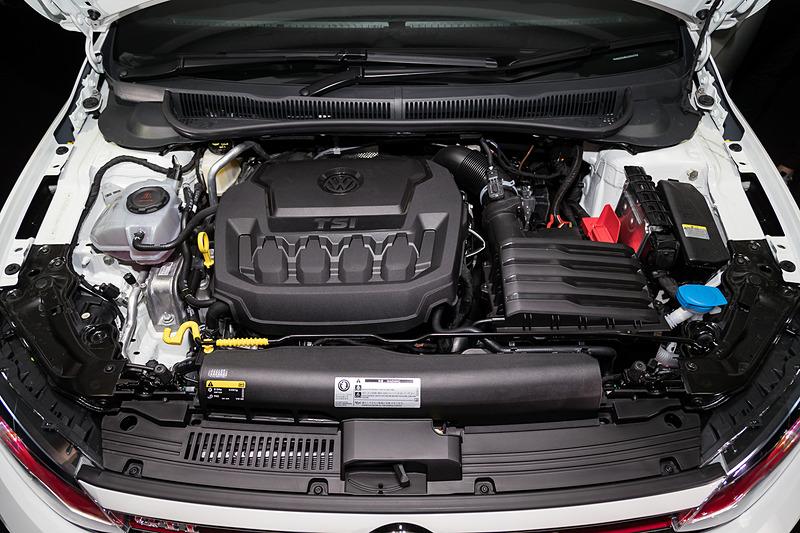 ポロ GTIが搭載する日本初導入の「ミラーサイクル方式」採用の直列4気筒DOHC 2.0リッターターボエンジンは、最高出力147kW(200PS)/4400-6000rpm、最大トルク320N・m(32.6kgf・m)/1500-4350rpmを発生