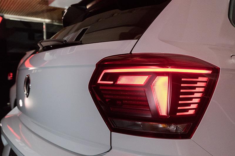 """ポロ GTIではラジエターグリルの赤いストライプやレッドブレーキキャリパーに加え、専用17インチアルミホイールやデュアルエキゾーストパイプ、リアスポイラーを装備。""""Sport Select""""シャシー付スポーツパフォーマンスキットやドライビングプロファイル機能も標準装備する"""