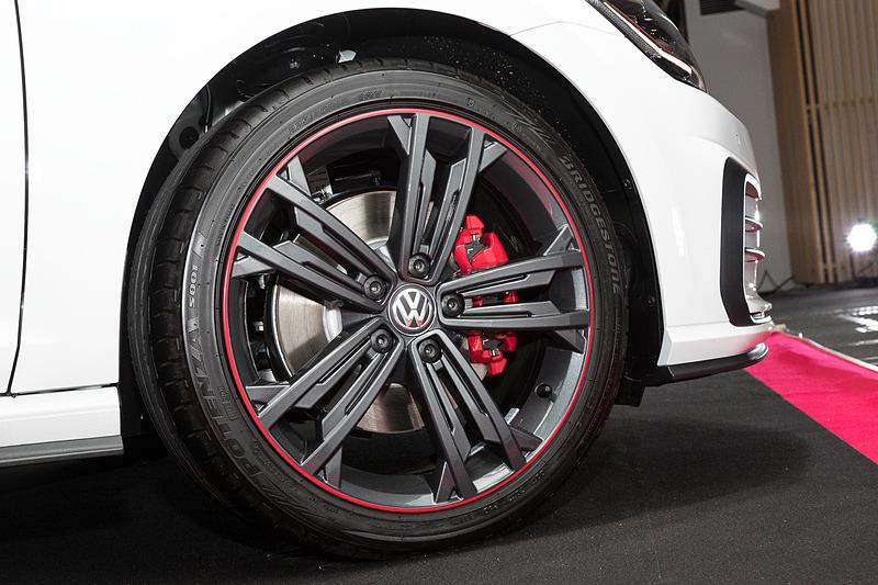 ゴルフ GTI Dynamicは6速MT仕様と6速DSG仕様が設定され、前者は「ピュアホワイト」50台、「インジウムグレーメタリック」50台の計100台限定モデルになる。会場に展示されていたのは6速DSG仕様。ボディサイズは4275×1800×1470mm(全長×全幅×全高)、ホイールベースは2635mm。レッドストライプをあしらったダークカラーの専用18インチアルミホイールを特別装備