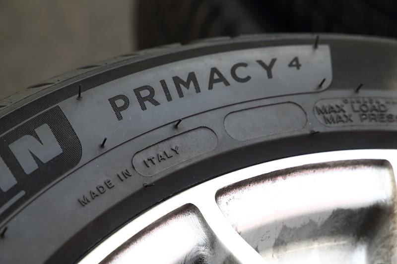 プライマシー 4は世界的に販売を展開するタイヤのため、さまざまな情報がタイヤ側面に記載されている