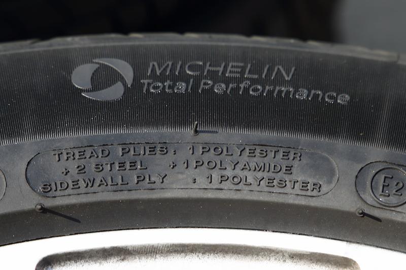 こちらにはタイヤの内部構造など。上のマークはTotal Performanceマークで、全方面に優れていることを示す