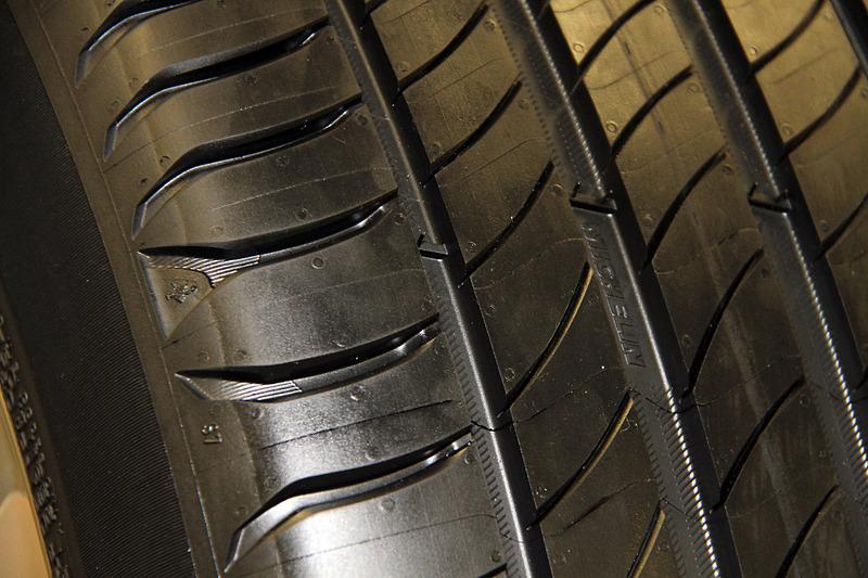 18インチ以上のタイヤにはコントラストが鮮明な「プレミアムタッチデザイン」を採用するとともに、スリップサインをより見つけやすいようにミシュランマンとミシュランロゴが用いられる