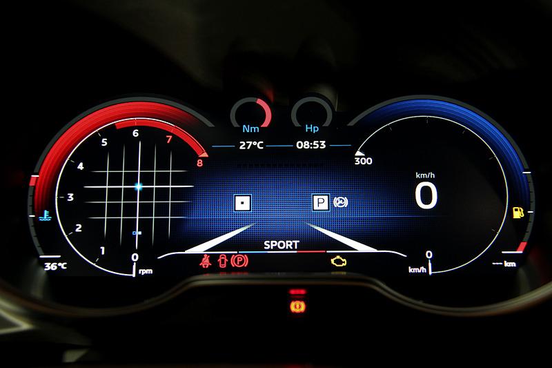 新型A110のフルカラーTFTメーター。走行モードとして「ノーマル」(左)、「スポーツ」(中)、「トラック」(右)の3種類を設定。モードによってスロットルレスポンス、ステアリングのアシスト、ギヤシフトスピード、ESCの設定を変更する