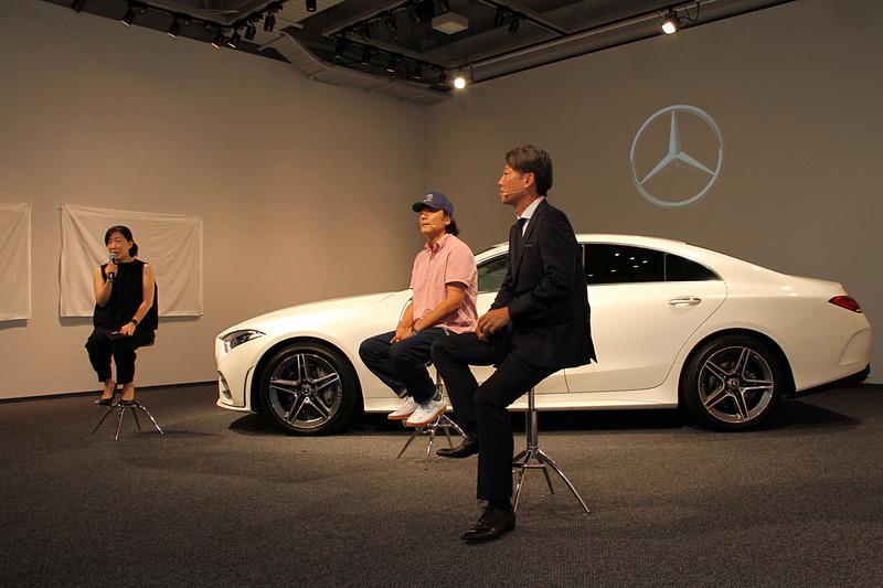 発表会の後半にはフォトグラファー/映画監督の若木信吾氏と上野社長によるトークセッションも用意され、若木氏から見た新型CLSのデザインなどについて語られた