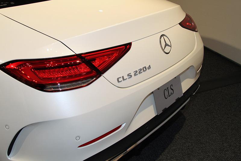 ボディサイドのプレーンな面構成が特徴的な新型CLSのエクステリア。写真のCLS 220 d スポーツの足下は、空力性能も配慮した19インチAMG5ツインスポークアルミホイールに「MO(Mercedes Original)」の文字がサイドウォールに刻まれるダンロップ「SP SPORT MAXX」の組み合わせ