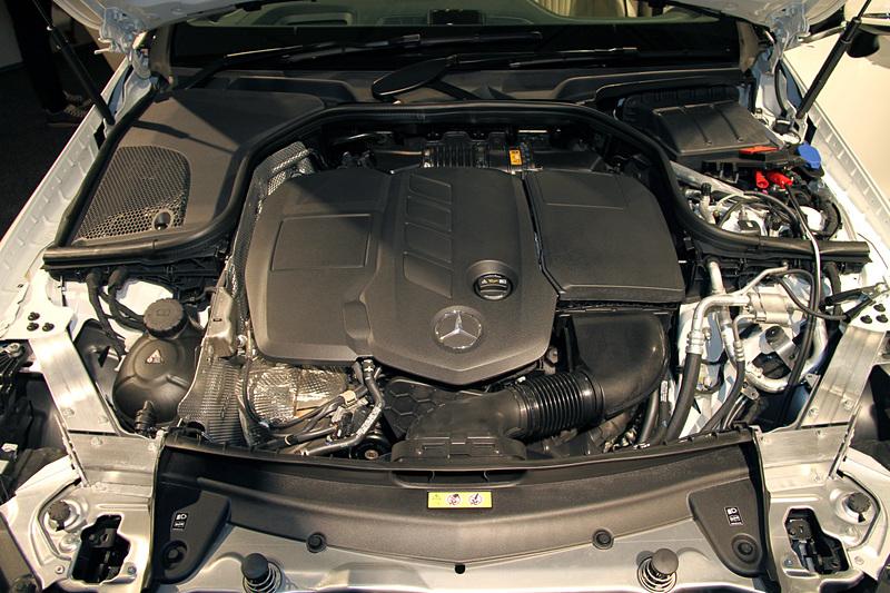 CLS 220 d スポーツは、最高出力143kW(194PS)/3800rpm、最大トルク400N・m(40.8kgf・m)/1600-2800rpmを発生する直列4気筒DOHC 2.0リッター直噴ディーゼルターボエンジンを搭載。JC08モード燃費は18.6km/L