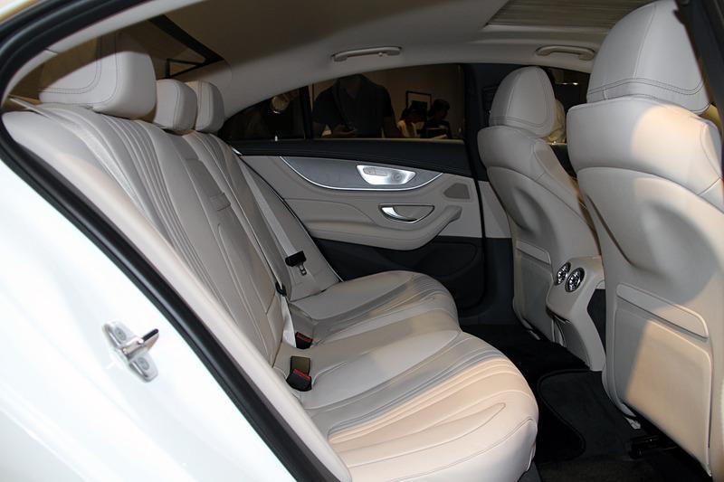 「マキアートベージュ/マグマグレー」カラーのCLS 220 d スポーツのインテリア。後席は3名乗車が可能になった