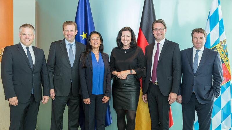 左から、インゴルシュタット市長のクリスティアン・ルーゼル氏、Dr Reinhard Brandl氏(Member of the Bundestag)、エアバス 最高技術責任者(CTO)のグラツィア・ヴィッタディーニ氏、ドイツ連邦 デジタル化担当大臣のドロテー・ベア氏、ドイツ連邦 運輸大臣のアンドレアス・ショイヤー氏、アウディ AG 暫定取締役会会長兼セールス&マーケティング担当取締役のアブラハム・ショット氏