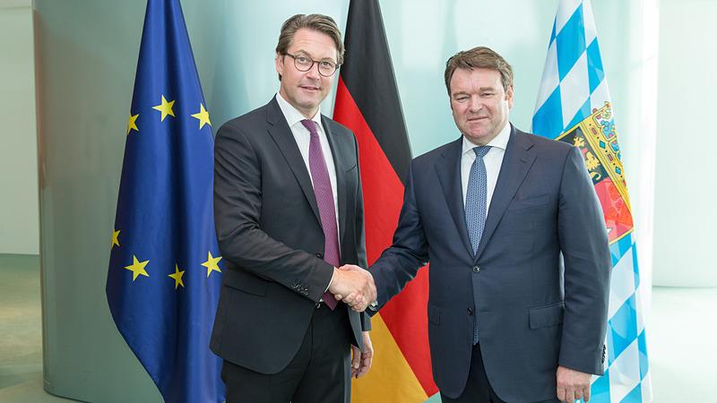 ドイツ連邦運輸大臣のアンドレアス・ショイヤー氏(左)、アウディ AG 暫定取締役会会長兼セールス&マーケティング担当取締役のアブラハム・ショット氏(右)