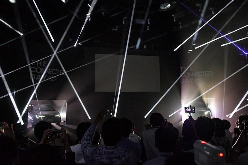 スモークとライトで幻想的に演出されたステージのパネルが開いて新型クラウンと新型車カローラ スポーツが登場