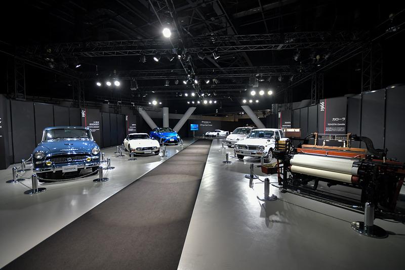 会場となったメガウェブ「ライドスタジオ」は、入口からステージまでのルートにトヨタの歴史を物語るモデルが展示されていた