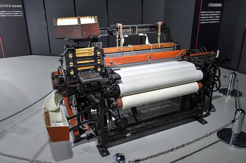 1924年に豊田佐吉が発明、開発した「G型自動織機」は、世界で初めて無停止自動杼換装置を実現