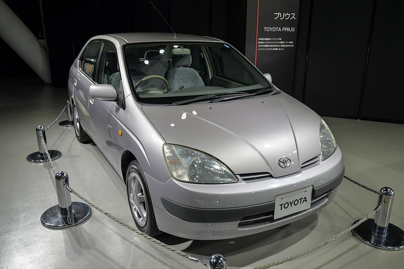 世界初の量産型ハイブリッド車「プリウス」
