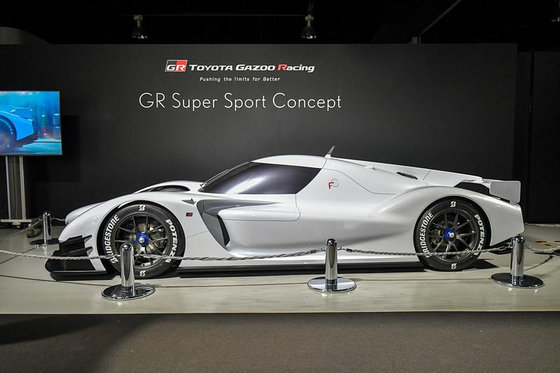東京オートサロン 2018でお披露目された「GRスーパースポーツコンセプト」。レーシングマシンである「TS050-HYBRID」からハイパワーと環境性能を引き継いだ次世代のスーパースポーツカー。TS050-HYBRID同様にコネクティッドカーで、ルーフにあるアンテナを通じて、リアルタイムの走行データに基づくドラビングサポートやリモートメンテナンス、車載プログラムの自動更新などが行なわれる
