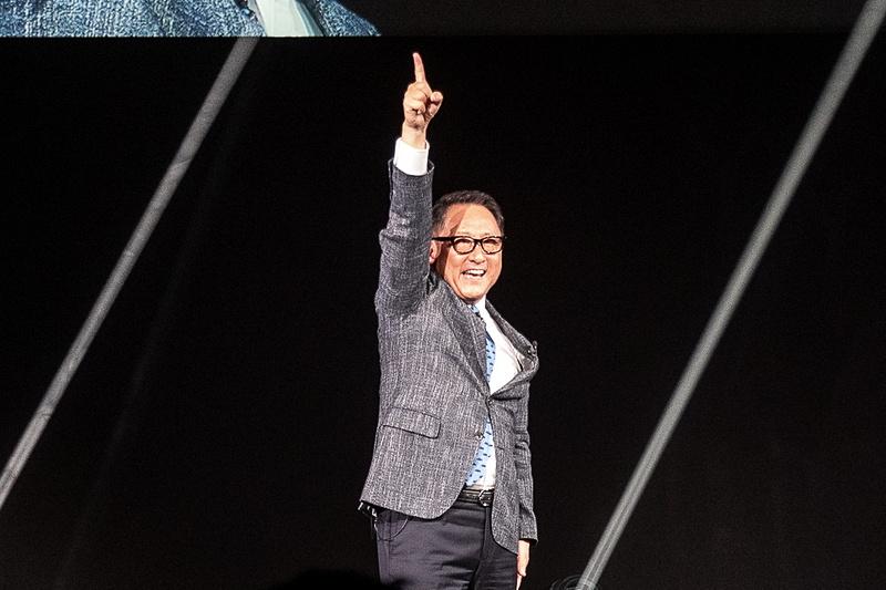 一緒に自動車の未来を作ろうと、指を天高く掲げる豊田社長
