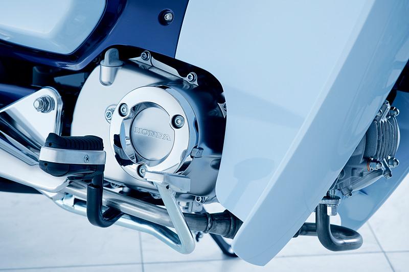 ステップ踏面などにラバーを設定して快適性を向上