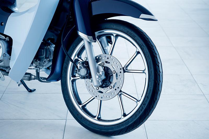 切削加工仕上げの専用アルミキャストホイールを前後輪に装着