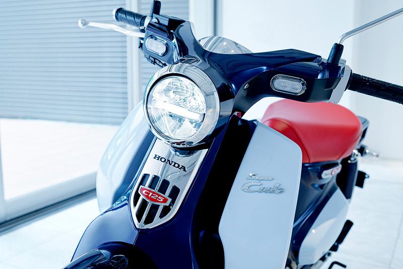 シンプルなデザインを採用するヘッドライト、テールランプ、ウインカーにLEDを採用