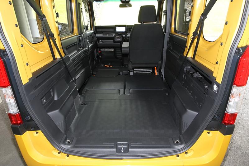 助手席にダイブダウン機構を採用したことで、スペース長2635mm(+STYLE COOLのUSBオーディオ装着車は2560mm)を実現した