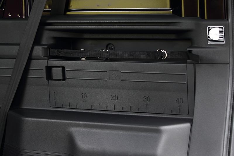 運転席側リアの内装には外した後席ヘッドレストを収納するスペースがある。その下にはジャッキが入るスペースがあり、蓋は定規として使えるよう40cmまでの目盛りが振ってある