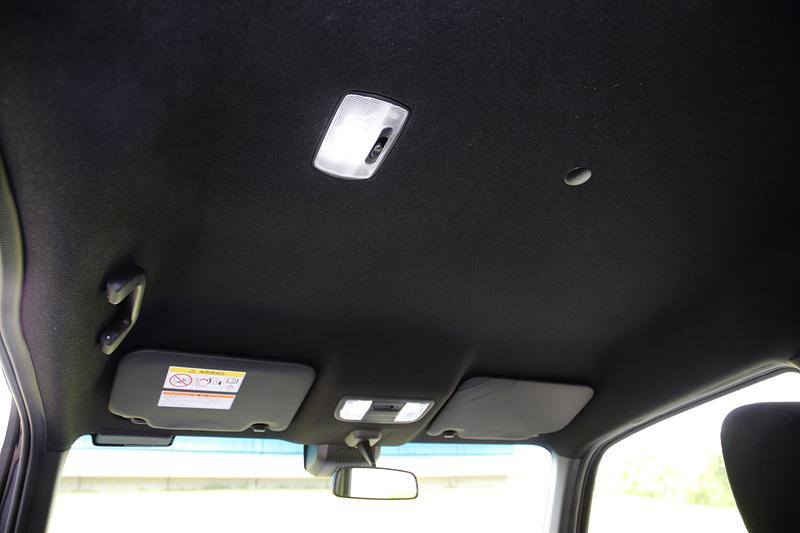 助手席側の利便性が高いことに併せて、助手席側の天井には「LEDワークランプ」を設けている(GとLを除く)