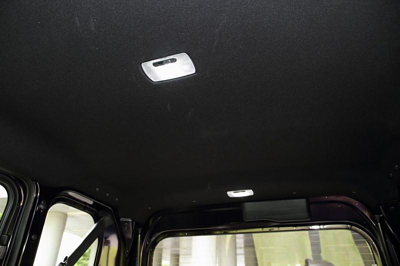 そのほか、後席上、荷室上それぞれに「LEDルームランプ」が付く(GとLは電球式)
