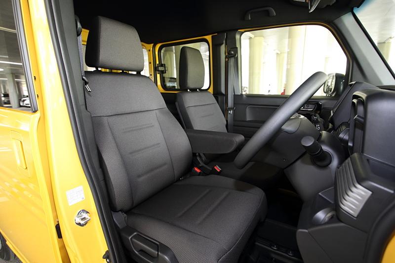 1人乗りを基準としているので、運転席のシートは乗用車と同等。G以外のCVT車はシート左側にアームレストを装備。助手席はダイブダウンだけでなくシートバックが前倒れした状態で止めることもできるので、休憩時などにはテーブルとして使える