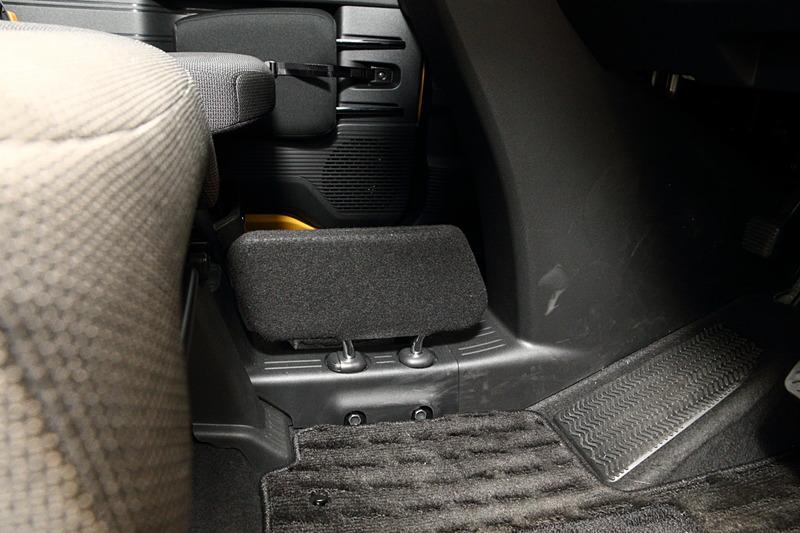 運転席と助手席の間はウォークスルーだが、助手席側から運転席側の足下に荷物などが転がってこないよう、小物侵入防止板が標準装備される