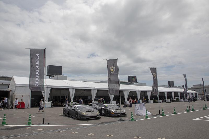 ランボルギーニ スーパートロフェオ・アジアシリーズの第3戦は、三重県鈴鹿市の鈴鹿サーキットで開催された。この日はプランパン GTシリーズ アジアの第5戦と第6戦も開催されていたので、スーパートロフェオ・アジアシリーズのピット作業はパドック内の仮設テントで行なわれた